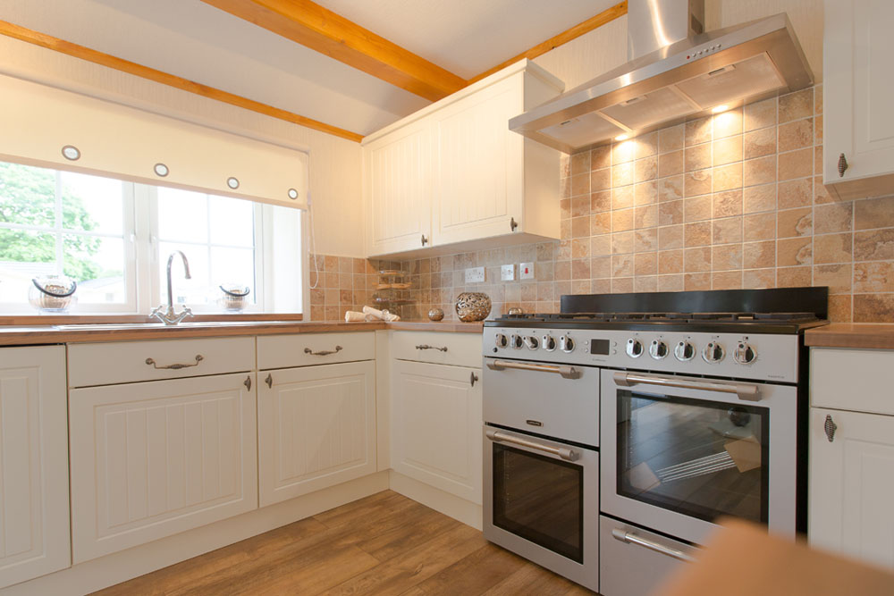Country Cottage Style Kitchen in Fully Furnished Park Home for sale in Cambridgeshire