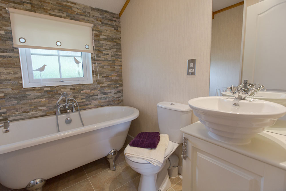 Cottage Style Bathroom in Fully Furnished Park Home for sale in Cambridgeshire